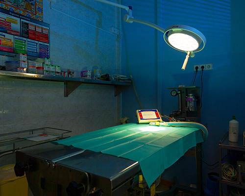 Sala-de-cirurgia-con-foco-iluminando-mesa