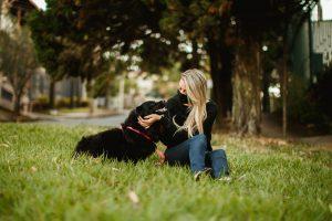 chica con perro en parque